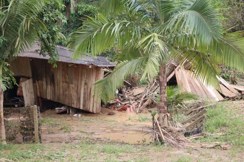 Casa que sofreu com deslizamentos