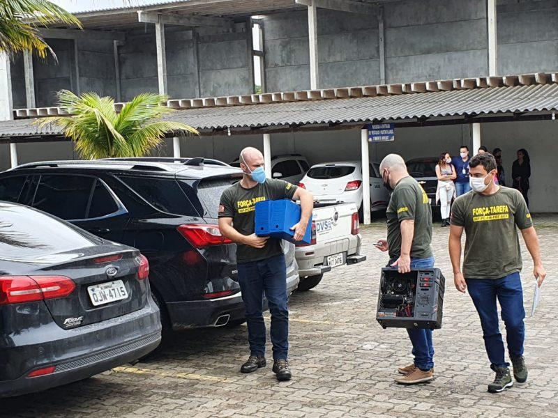 Agentes recolheram equipamentos de informática para apurar provas – Foto: Divulgação/ND