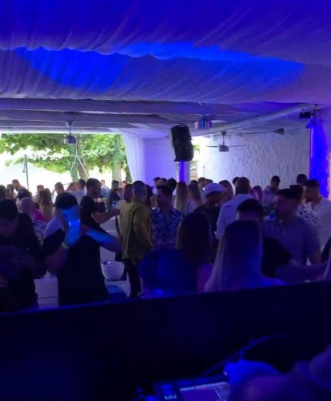 Em dezembro, houve registro de aglomeração em beach club na Guarda do Embaú, em Palhoça – Foto: Reprodução/Redes Sociais/ND