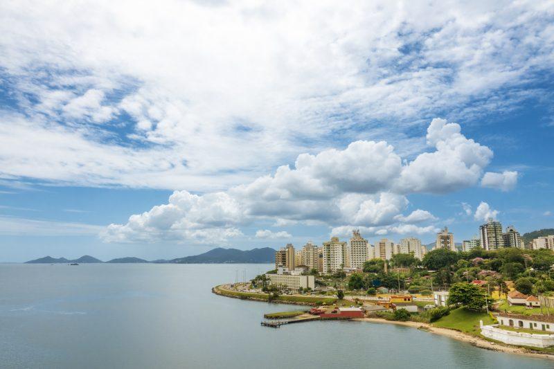 Avenida Beira0]-Mar Norte com o Forte Santana do lado direito – Foto: iStock/Divulgação