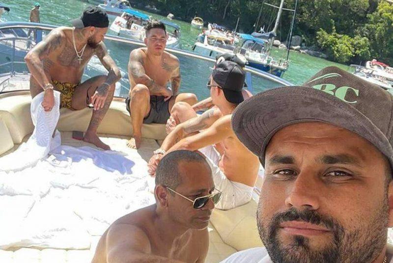 Jogador Neymar com amigos em Santa Catarina
