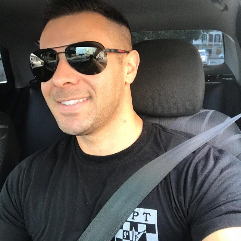 Soldado Jeferson Luiz Esmeraldino sorri dentro de carro