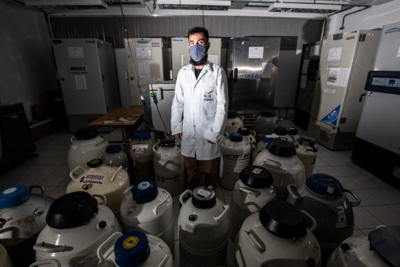O professor Geison Izídio é presidente do Lameb, onde estão armazenados 16 ultracongeladores – Foto: Anderson Coelho/ND