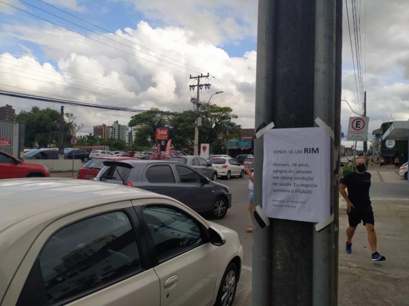 Um dos anúncios foi fixado em frente ao Hospital São José – Foto: Juliane Guerreiro/ND