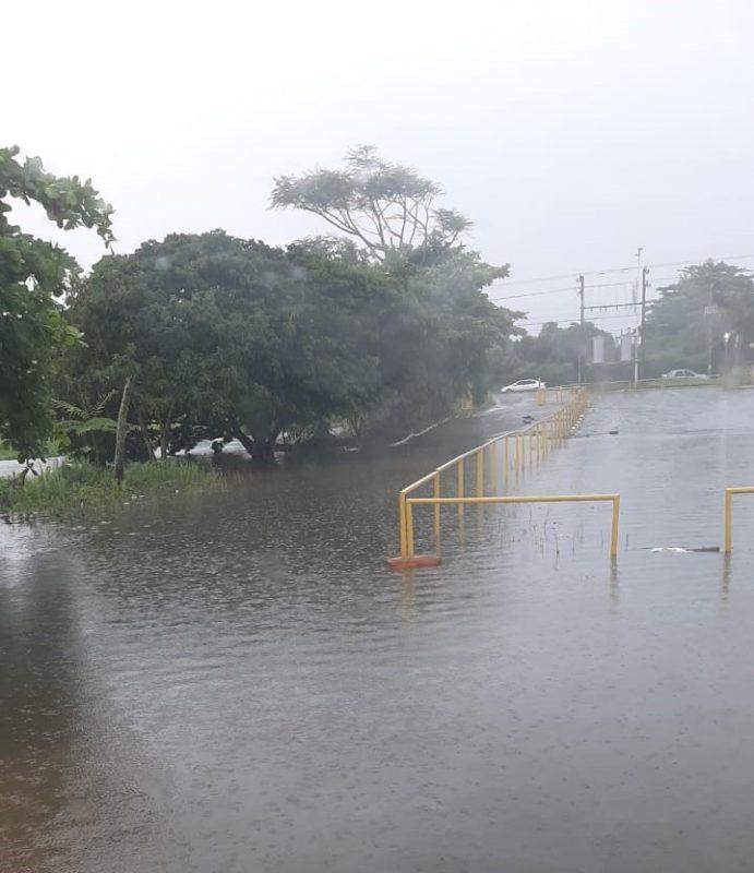 Rio Capivari transbordou no estacionamento da Loja Milium – Foto: Internet/Divulgação/ND