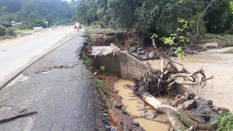 Diversas rodovias e estradas apresentaram pontos de alagamento em Santa Catarina. Chuva também causou estragos no interior de cidades do Estado – Foto: PMRv/Divulgação/ND