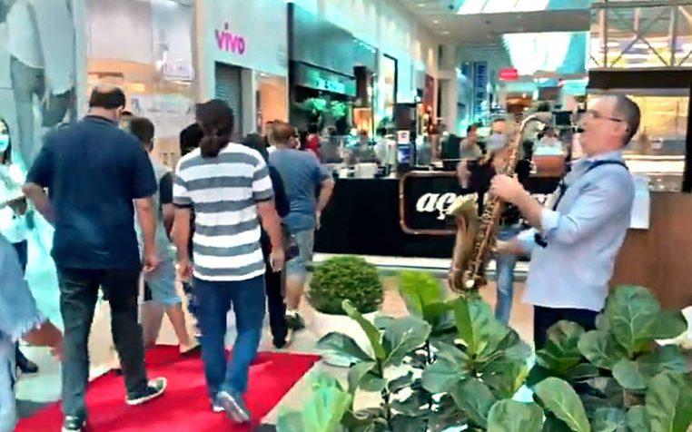 Saxofonista recebe clientes durante reabertura de shopping em Blumenau – Foto: Reprodução / Twitter
