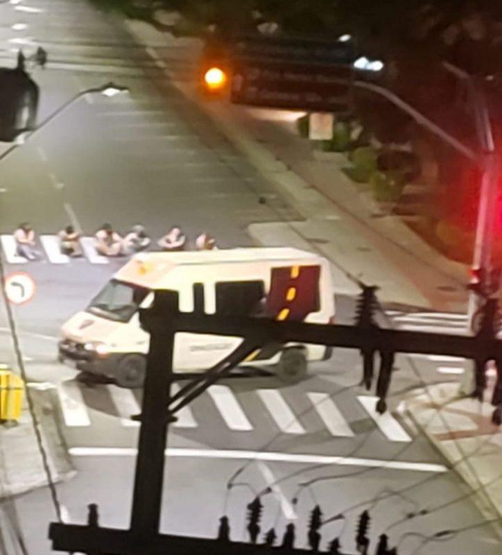 As 23h50 ainda do dia 30 de novembro, em troca de tiros com os criminosos, o soldado Jeferson Luiz Esmeraldino foi baleado e internado em estado grave. Exatamente às 0h do dia 1º de dezembro, criminosos foram em direção à área central de Criciúma, fecharam algumas ruas, abordaram veículos e iniciaram uma série de disparos de arma de fogo. Após a ação eles utilizaram explosivos para efetuar o roubo no Banco do Brasil. Às 0h30 foi confirmada a situação de caminhão sendo incendiado no morro do formigão em Tubarão para impedir o acesso a cidade – Foto: Divulgação ND