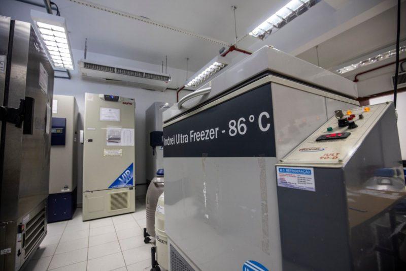 Diferente das vacinas da Coronavac, Astrazeneca e Johnson & Johnson, que demandam temperaturas de 2° a 8°C, compatíveis com as das vacinas já existentes no país, as da Pfizer requerem um ambiente de -70°C. – Foto: Anderson Coelho/Arquivo/ND
