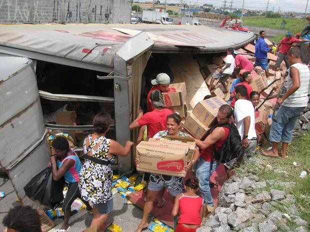 Povo saqueando caminhão acidentado – Foto: Divulgação