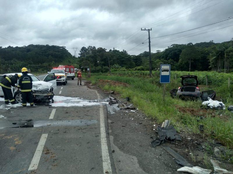 Com impacto da batida, carro de marca Nissan foi parar na margem da rodovia – Foto: PMRV/Divulgação