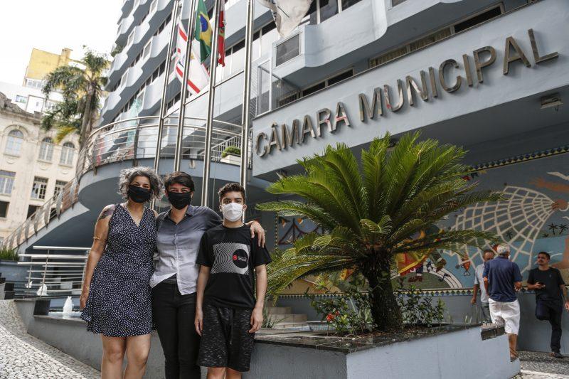 Carla Ayres e família em frente à fachada da Câmara de Vereadores de Florianópolis