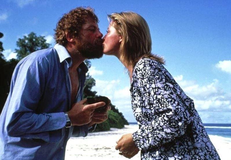 Oliver Reed e Amanda Donohoe interpretaram os papéis de Gerald e Lucy em Castaway (1986), uma das versões do cinema para a história de amor deles – Foto: Reprodução