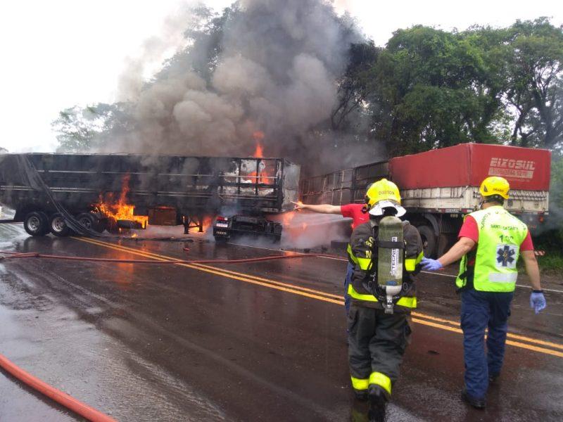 Acidente no km 618 da BR-282, em ponto bem afastado; dois mortos e um ferido grave – Foto: Corpo de Bombeiros/divulgação/ND