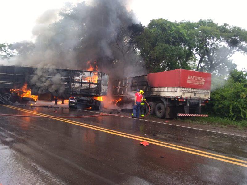 Casal que morreu carbonizado estava em caminhão Iveco/Stralis, com placas de Campo Erê – Foto: Divulgação/Bombeiros/ND
