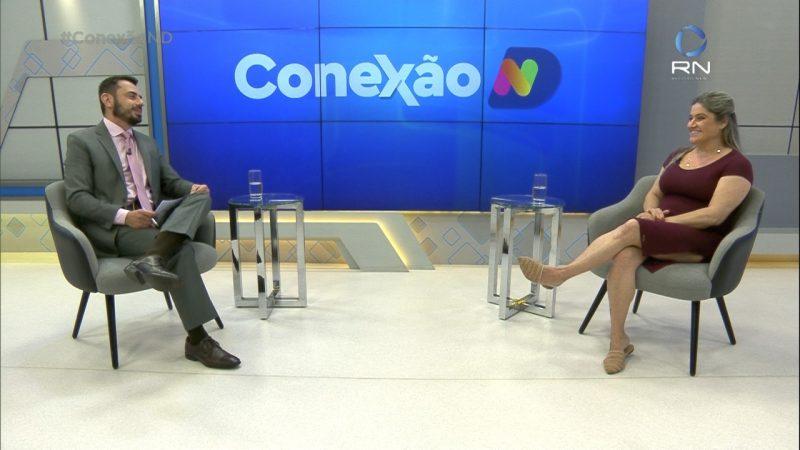 Alexandre Mendonça e Carolina Buendgens no estúdio com a marca do Conexão ND ao fundo
