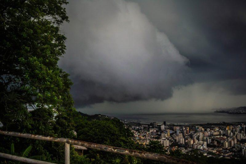 Litoral Norte terá tempo ainda mais fechado, ao passo que as demais regiões terão abertura de sol durante a manhã- Foto: Rafael Bernardino/Conexão GeoClima