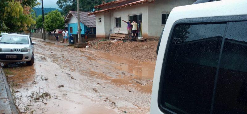 Ruas ficaram cheias de lama após o temporal em Nova Trento – Foto: Divulgação/ND