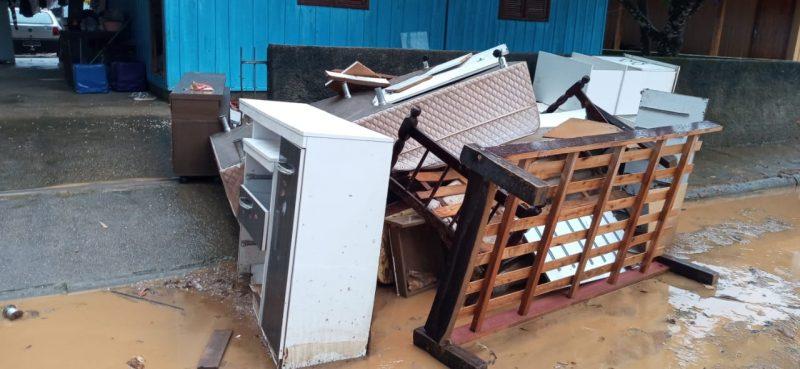 Moradores colocaram móveis destruídos para fora e uma força tarefa da prefeitura foi acionada para trabalhar na reconstrução da cidade – Foto: Divulgação/ND