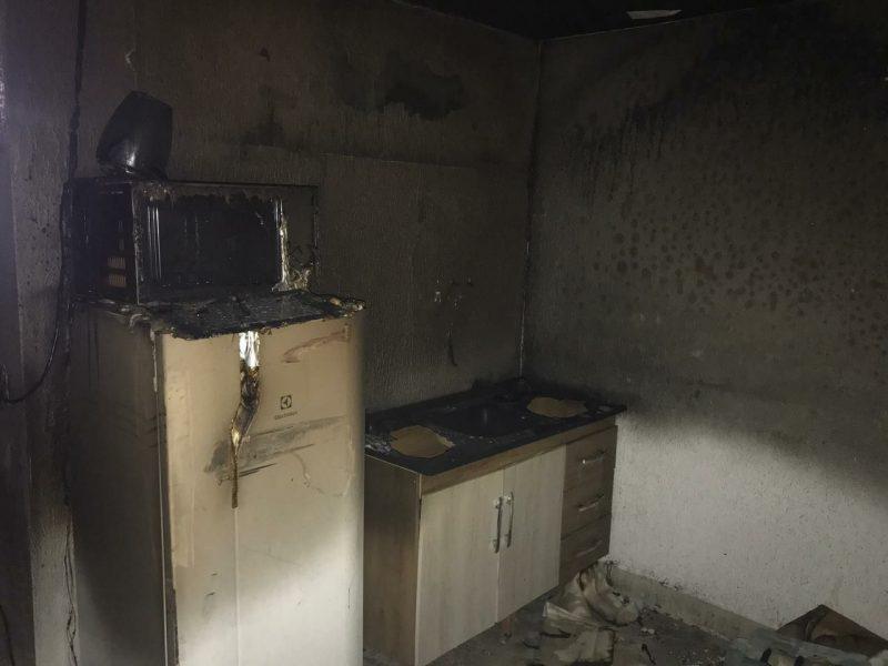 Ao lado do local onde o fogo teria iniciado existia uma copa. – Foto: Corpo de Bombeiros/Divulgação