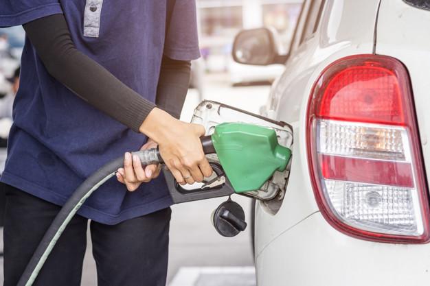 Abastecimento do carro: esse mal necessário, a cada alta, vale a pena conferir se compensa alternar entre etanol e gasolina. – Foto: Freepik/Divulgação