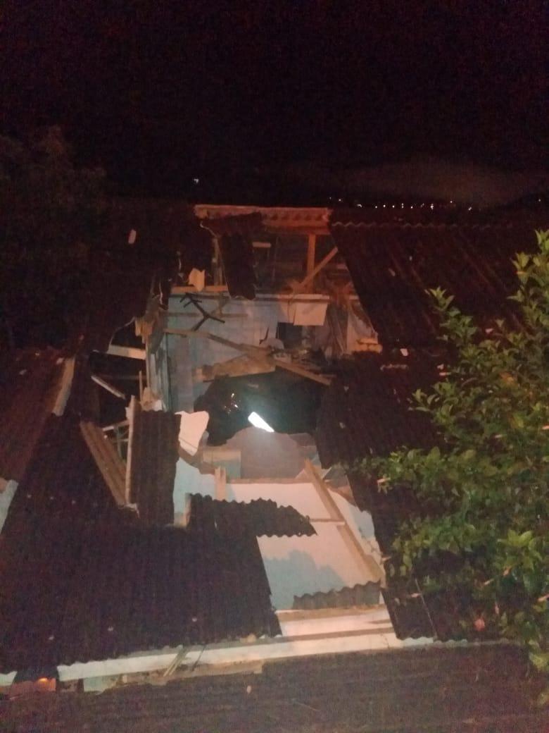 Motorista com sinais de embriaguez perde controle do carro e cai sobre telhado em Blumenau - CBM/Divulgação