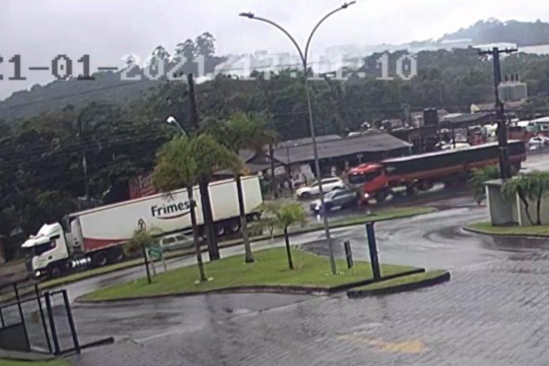 Carro fica prensado entre carretas após acidente em Blumenau – Foto: Divulgação / Redes Sociais