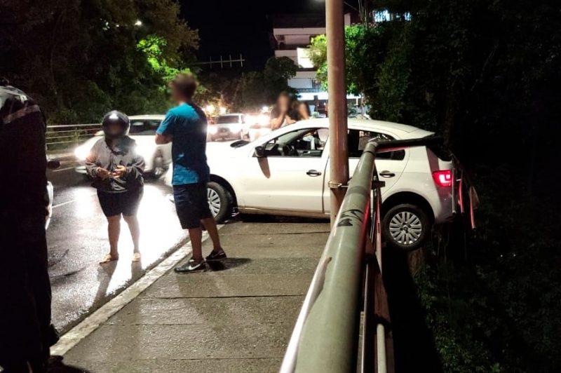 Motorista perdeu o controle do veículo e ficou pendurado no guarda-corpo da ponte – Foto: Stevão Limana/NDTV