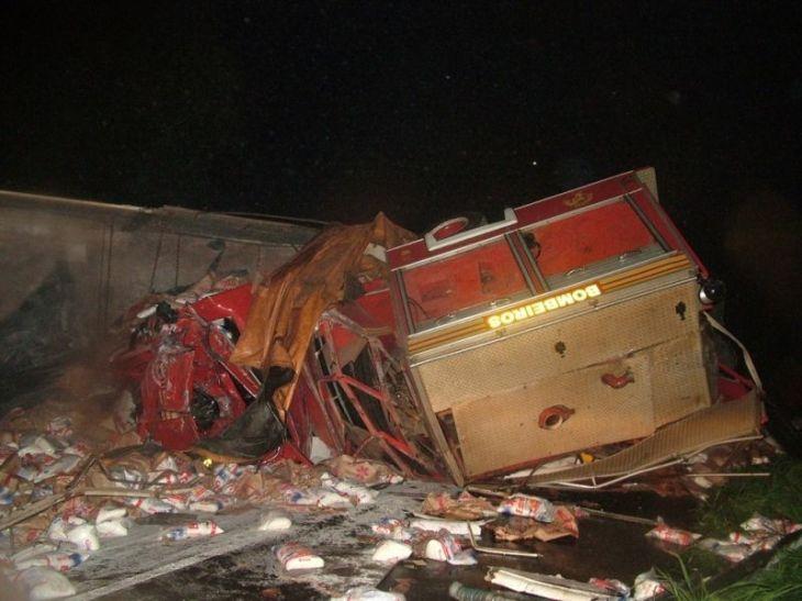 Caminhão do Corpo de Bombeiros ficou destruído após impacto com segundo ônibus envolvido no acidente em Descanso, no Oeste – Foto: Wagner Griss/Arquivo