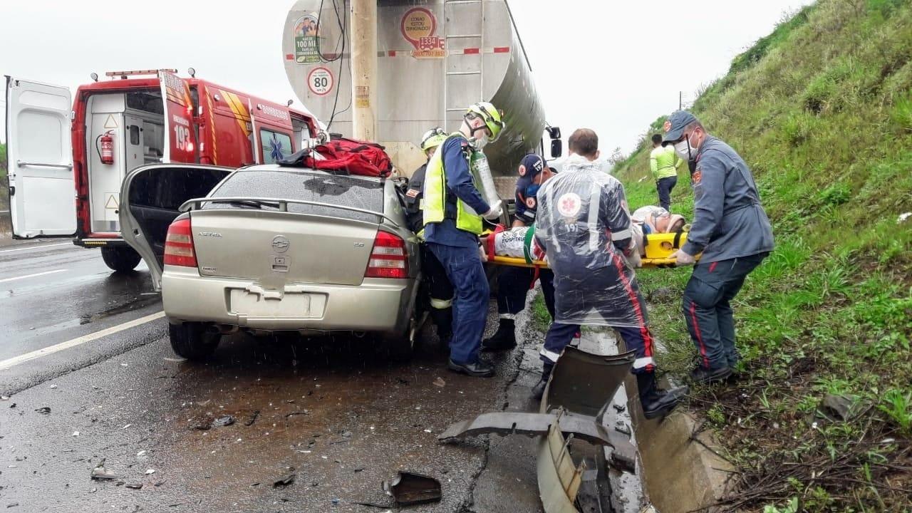 Homem ficou gravemente ferido após acidente envolvendo carro e caminhão - Corpo de Bombeiros/Divulgação/ND