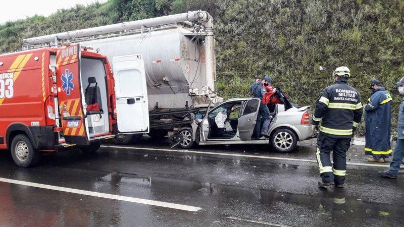 Motorista bateu na traseira do caminhão que estava no acostamento da rodovia – Foto: Corpo de Bombeiros/Divulgação/ND