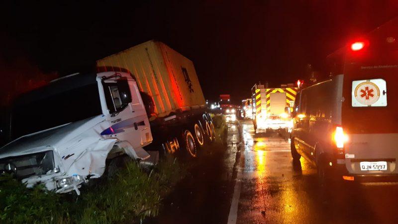 Três caminhões e um carro se envolveram no acidente – Foto: Ricardo Alves/ND