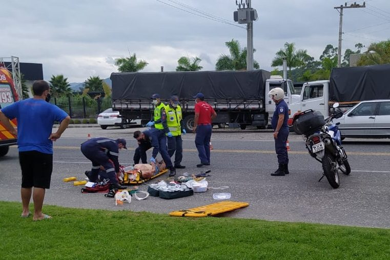 Pedestre foi atropelado ao cruzar a rua em Blumenau – Foto: Reprodução/Redes sociais