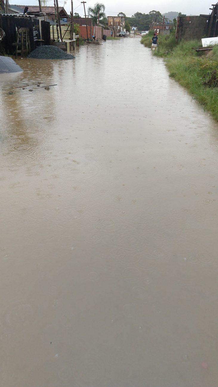 Moradores relatam que água atingiu casas na parte final da rua. - Reprodução/ND