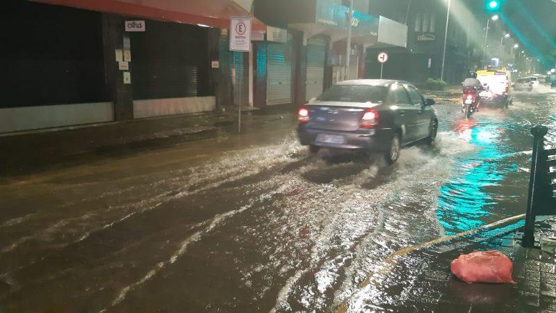 A forte chuva que atingiu Joinville na noite desta quinta-feira (7) voltou a causar alagamentos em várias ruas, principalmente da região Central da cidade – Foto: Ricardo Alves/NDTV
