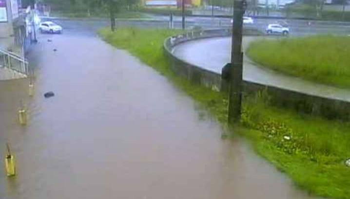 Rodovia ficou com duas faixas alagadas devido as chuvas – Foto: PMRv/Divulgação