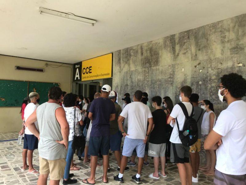 Candidatos foram barrados na entrada do CCE, na UFSC. – Foto: Bruna Stroisch/ND