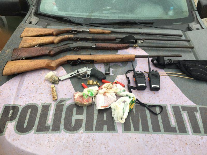 armas são apreendidas pela polícia militar ambiental durante patrullhamento