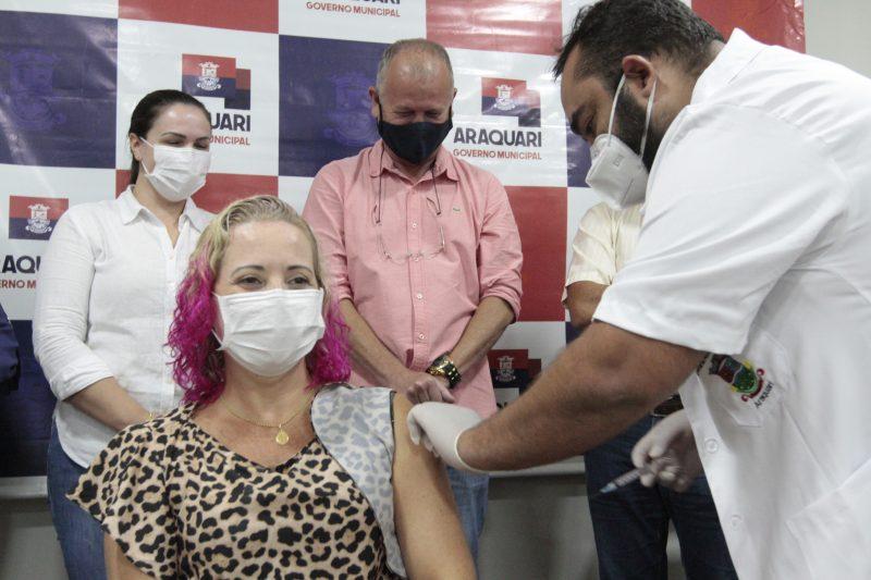 A primeira a ser imunizada contra a Covid-19 em Araquari foi Ana Paula dos Reis, enfermeira da Vigilância Epidemiológica – Foto: Prefeitura de Araquari/Divulgação