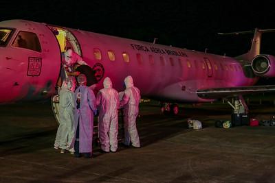 Na madrugada deste domingo (31), um avião da FAB (Força Aérea Brasileira) trouxe pacientes da Covid-19 de Manaus para Florianópolis. O voo desembarcou na Capital de SC às 2h25. – Foto: Mauricio Vieira/Secom/ND