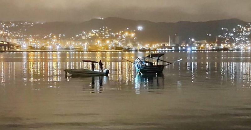 Barco apreendido foi levado para o 1º Batalhão da Polícia Ambiental de Florianópolis – Foto: PM Ambiental de Florianópolis/Divulgação