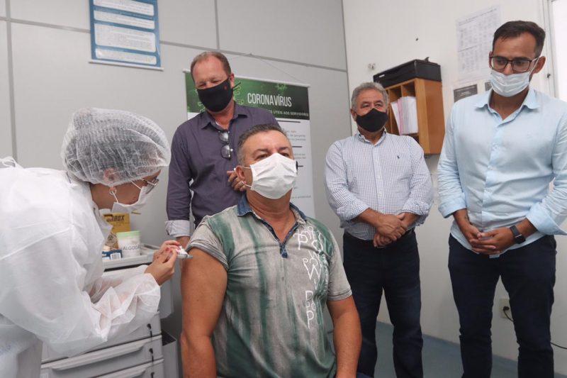 Técnico em enfermagem Mario de Souza Júnior, de 59 anos, recebeu a primeira dose da vacina contra a Covid-19 – Foto: Prefeitura de Barra do Sul/Divulgação