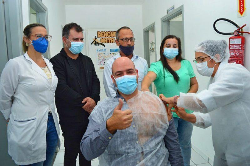 Em Barra Velha, o médico Rafael do Amaral Moreira foi o primeiro a receber a dose da Coronavac – Foto: Prefeitura/ND