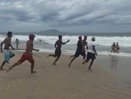 grupo espanca homem na Praia dos Ingleses