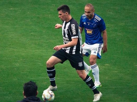 Mateus Brunetti em ação contra o Cruzeiro