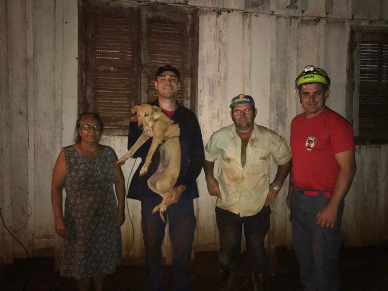 Duque, cachorro da família, estava no poço desde o meio dia de quinta-feira (21) – Foto: Bombeiros de Xanxerê/Divulgação