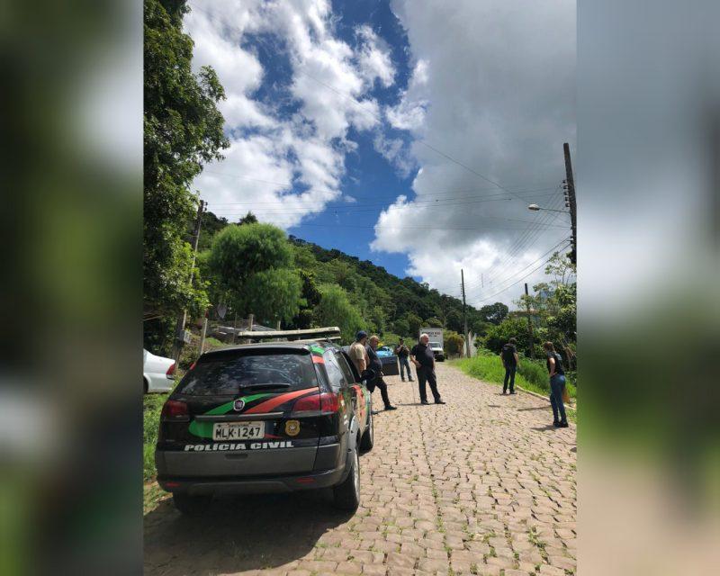 Suspeitos do crime, sendo pai, filho e sobrinho, estavam foragidos desde o dia do crime – Foto: Polícia Civil/Divulgação/ND