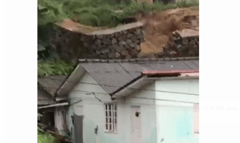 Flagrante: muro desaba sobre casa no Morro da Penitenciária – Foto: Reprodução