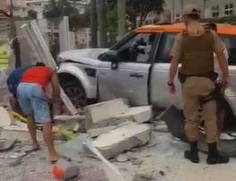 Motorista perdeu o controle e invadiu calçada em Ingleses – Foto: Reprodução/ND