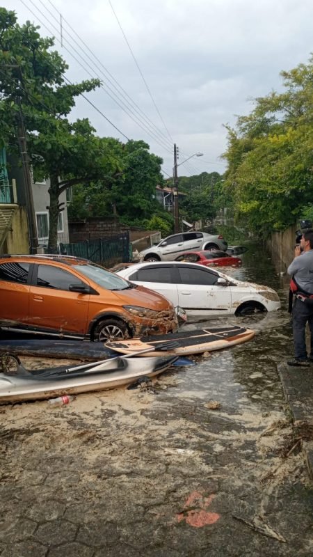 Carros foram arrastados com a força dos efluentes – Foto: Divulgação/ND